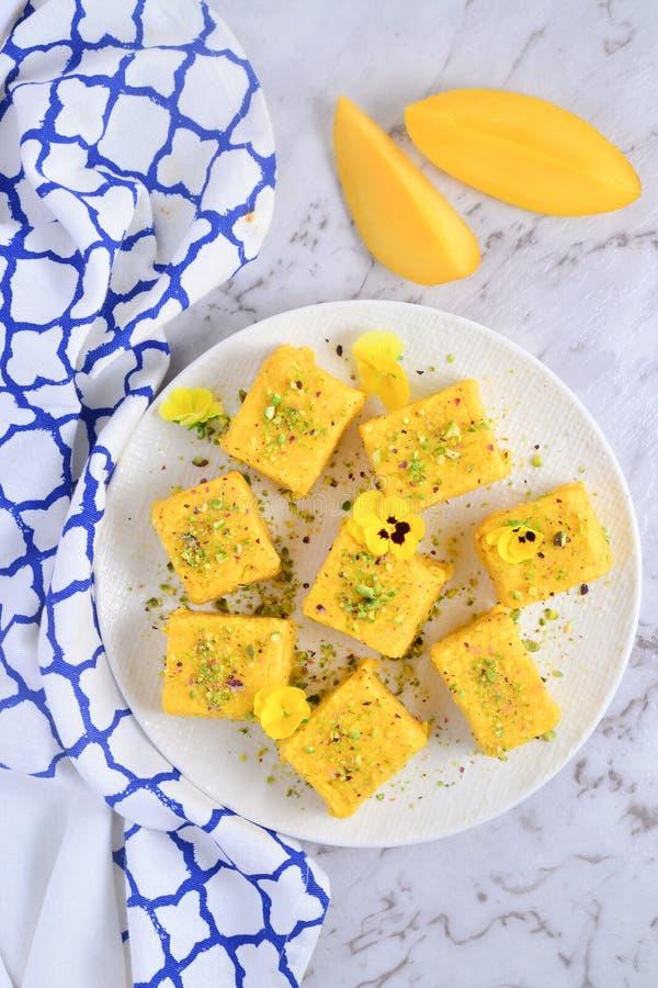 Indyjskie słodycze na białym tle - mango Barfi obrazy stock