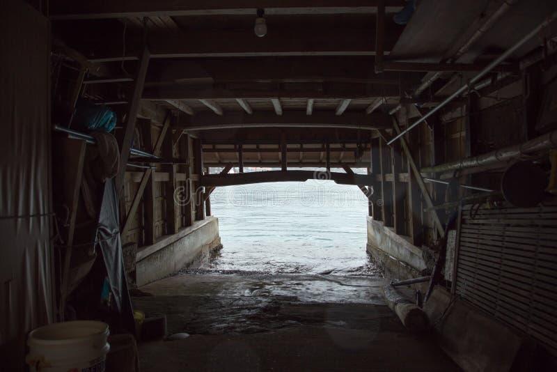Ine Boathouse är den traditionella fiskaren Village på en regnig dag av Kyoto arkivbild