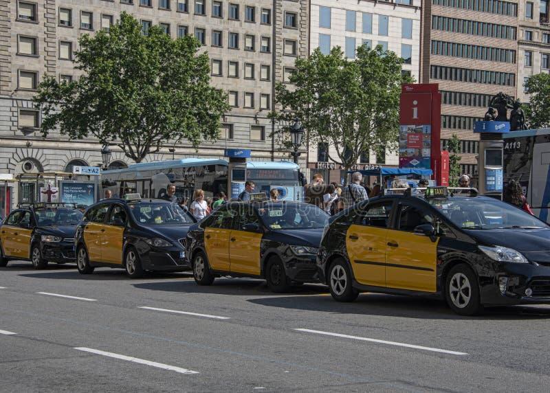 ine von Taxi' s an einem Fahrerhausrang in Barcelona-Stadt lizenzfreies stockbild