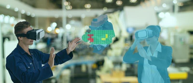 Ineenindustrie 4. 0-concept, industrieel ingenieur die gebruik maakt van een slimme bril met een vergrote combinatie van virtuele- royalty-vrije stock afbeelding