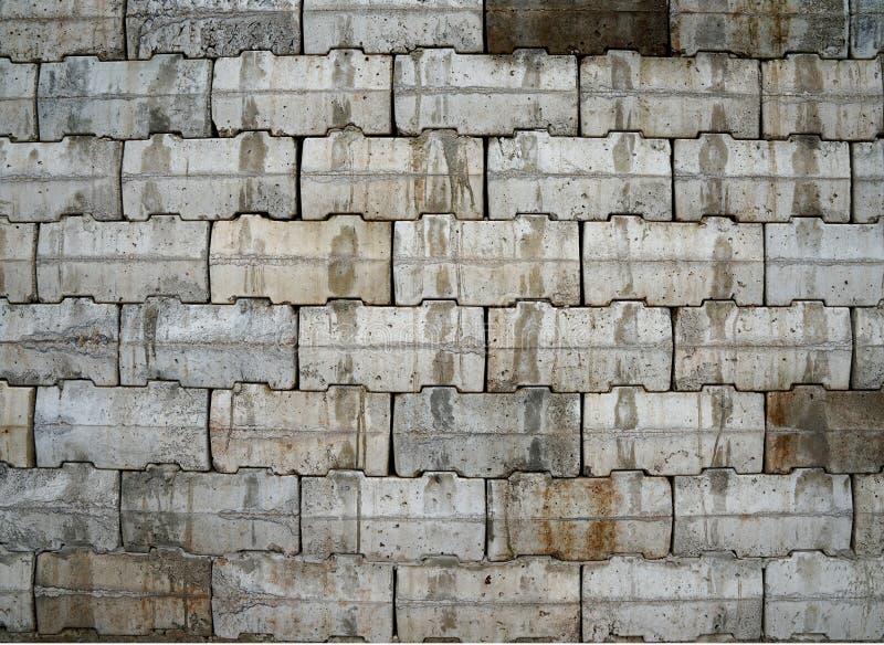 Ineinander greifenwand mit den grauen und braunen Betonblöcken stockfotos