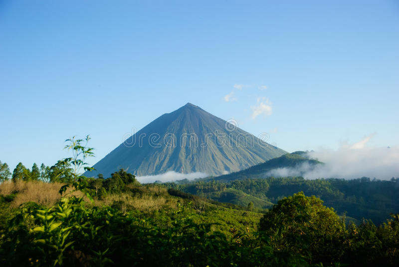 Inerie火山,印度尼西亚上面  免版税库存照片