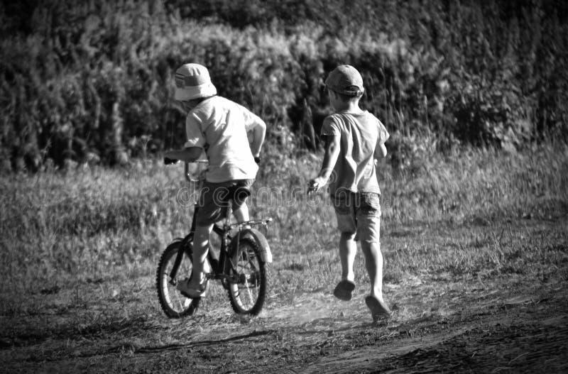 A infância é sempre alegria, divertimento, amizade, jogos foto de stock