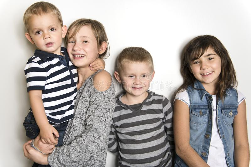 Infância, amor, felicidade e ligações de família Retrato interno de irmãs e do irmão bonitos bonitos das crianças fotos de stock