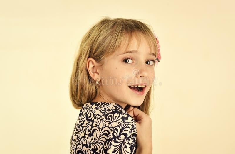 infância e felicidade infância da menina pequena da criança imagens de stock