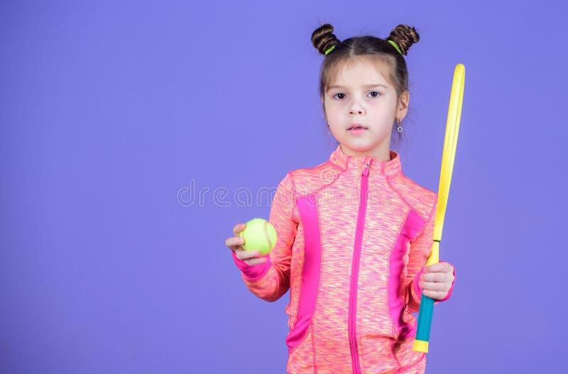 Infância e jogos ativos Educação do esporte O cutie pequeno gosta do tênis Pouco jogo desportivo do tênis do jogo do traje do beb imagens de stock