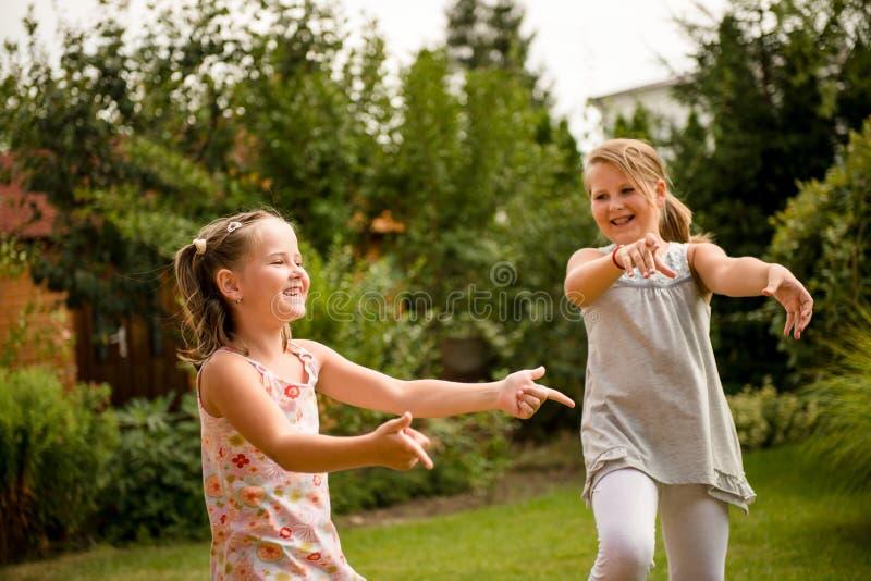 Infância feliz - crianças da dança fotos de stock