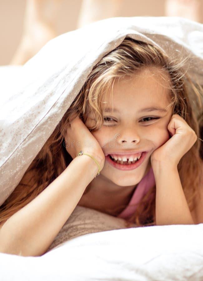 Infância feliz e sorrindo imagem de stock
