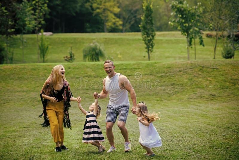 Infância feliz, família, amor Dia das mães e de pais fotografia de stock royalty free