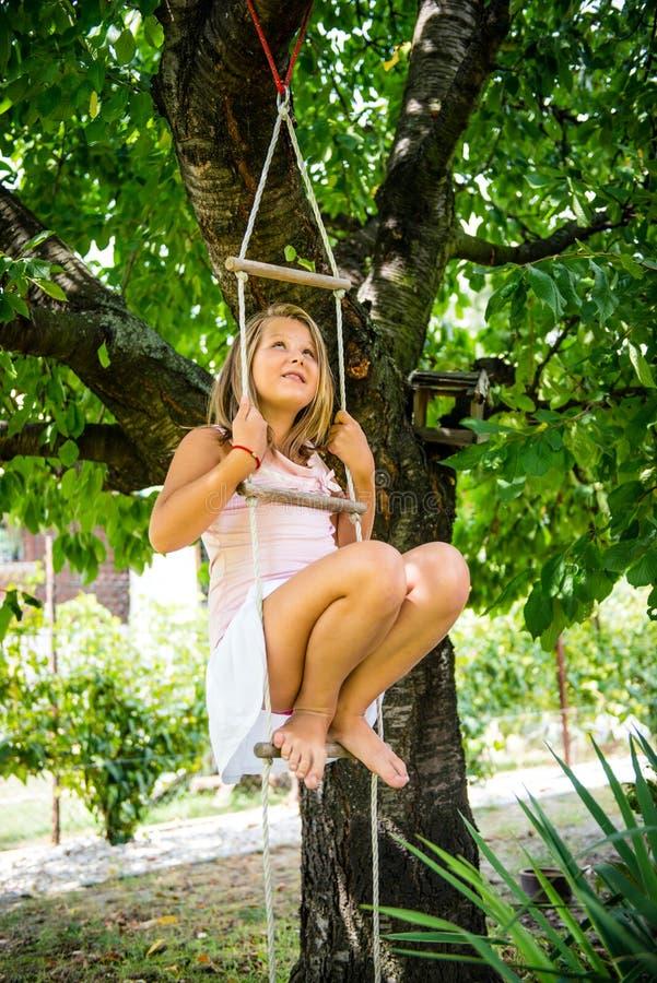 Infância feliz - jogando a criança fotografia de stock royalty free