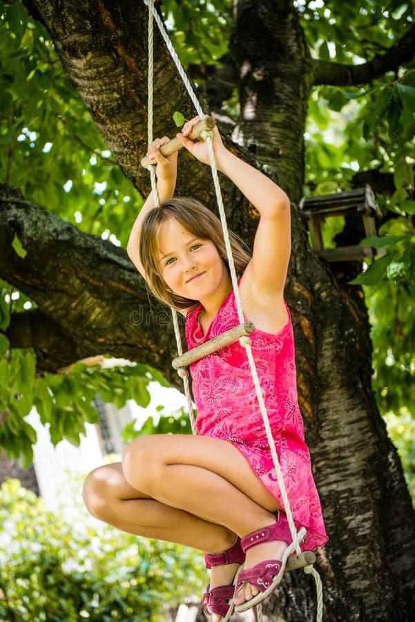 Infância feliz - jogando a criança foto de stock royalty free