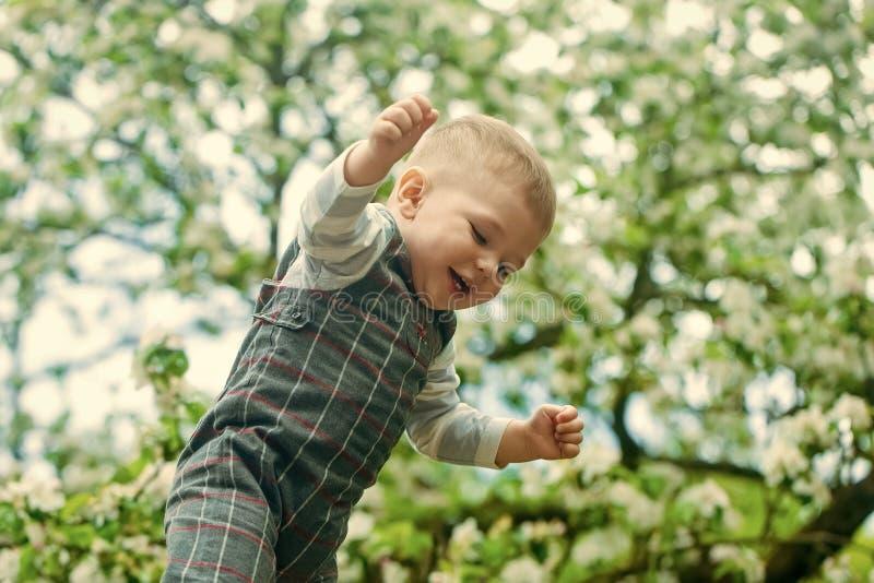 Infância feliz Menino feliz da criança que joga no parque no fundo natural borrado fotografia de stock royalty free