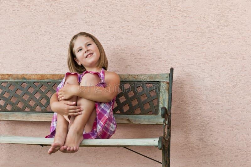 Infância feliz - retrato da menina imagens de stock royalty free