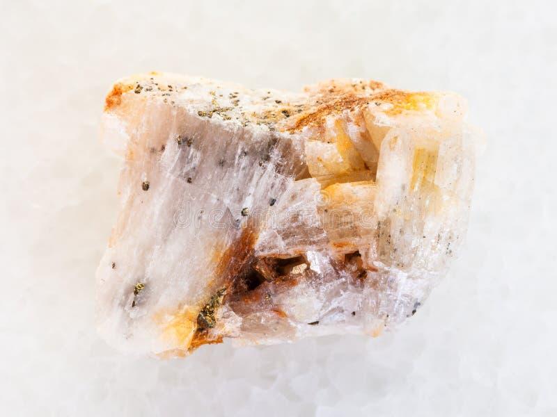infödd guld i grov kvartssten på vit marmor royaltyfri bild