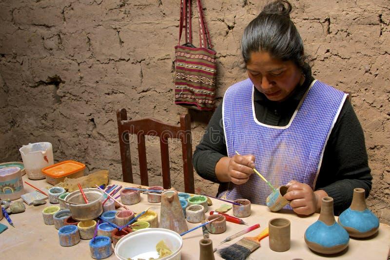 Infödd kvinnamålningkrukmakeri peru arkivbild