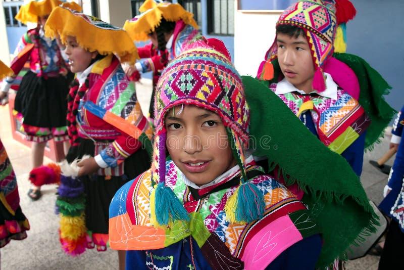 """Infödd peruansk dansarepojke omkring som dansar """"Waynaen Raimi ', fotografering för bildbyråer"""