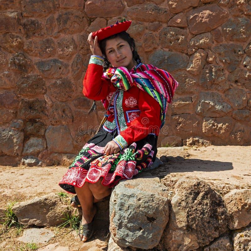Infödd Quechu kvinna med traditionella kläder, Peru arkivfoton