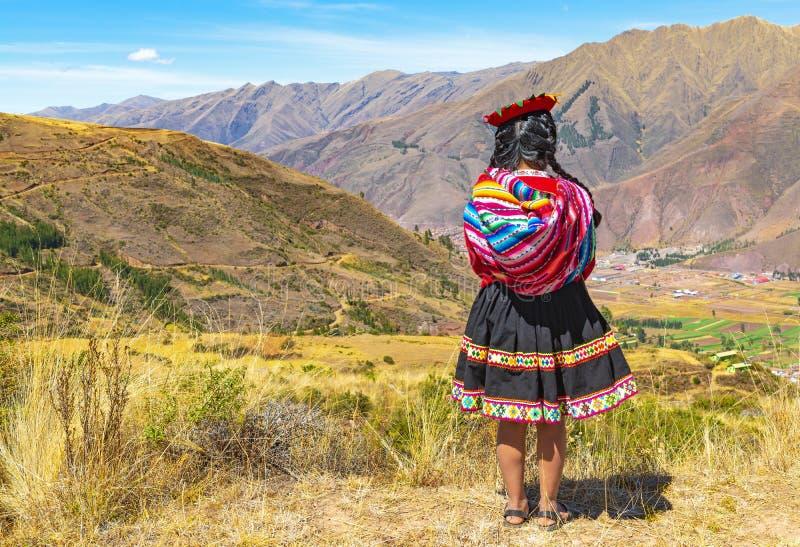 Infödd Quechua flicka i den sakrala dalen, Cusco, Peru royaltyfria foton