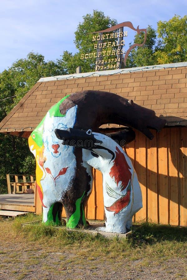 Infödd skulptur av björnen och gröngölingen, tranbär Portage, Manitoba royaltyfri fotografi