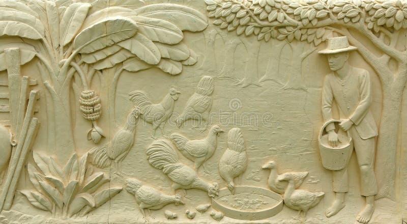 Infödd thailändsk kultursten som snider på tempelväggen arkivfoton