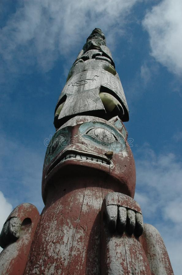 Infödd totempåle Sitka Alaska royaltyfri fotografi
