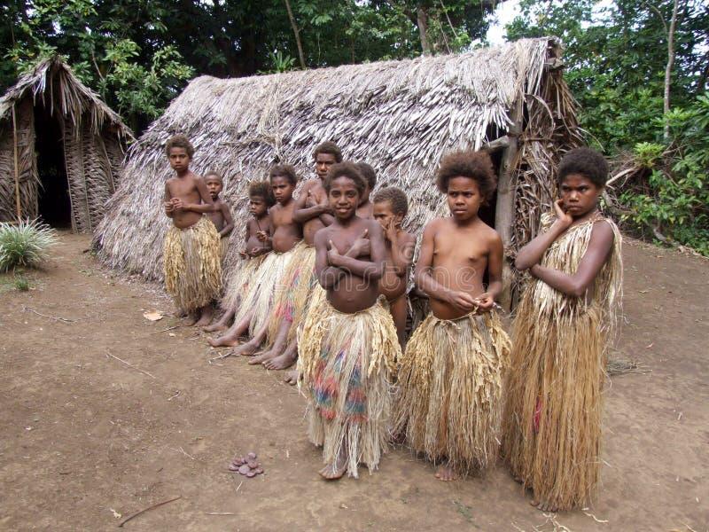 Infödda barn i en djungelby royaltyfri fotografi