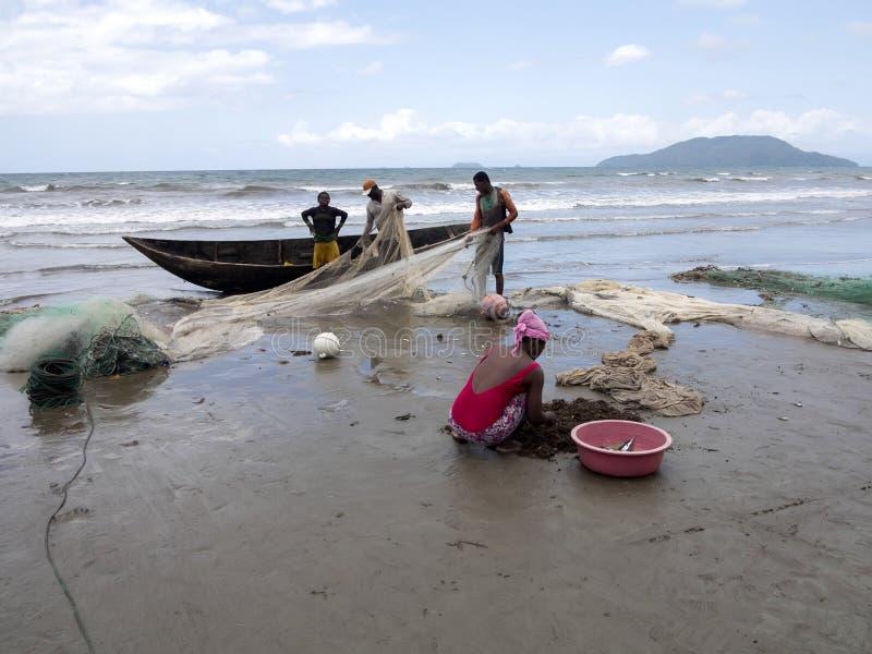 Infödda fiskare drar förtjänar, Antsiranana, Madagascar arkivfoto
