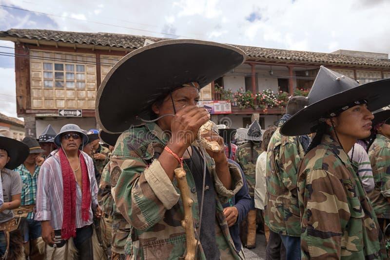 Infödda kichwamän i Ecuador arkivfoton