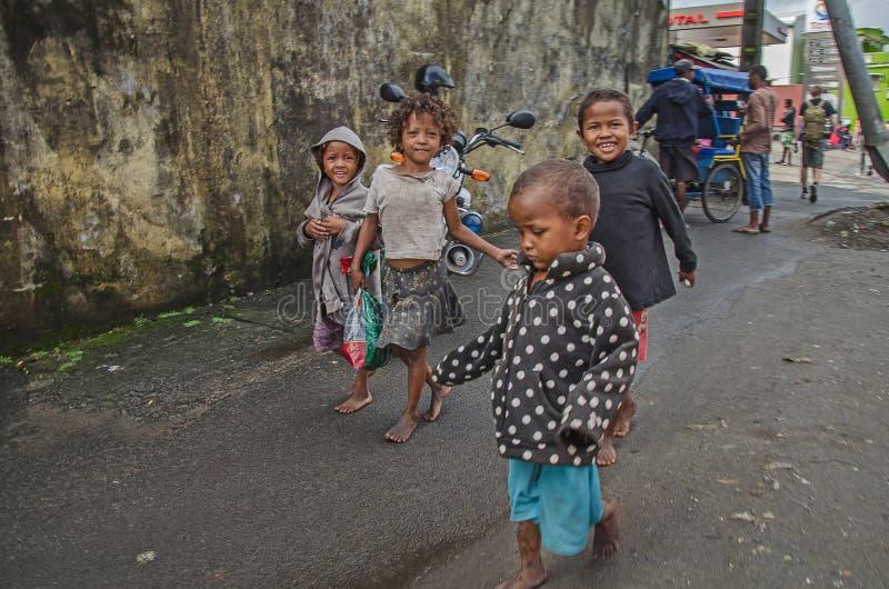 Infödda malagasy barn på gatan royaltyfria bilder