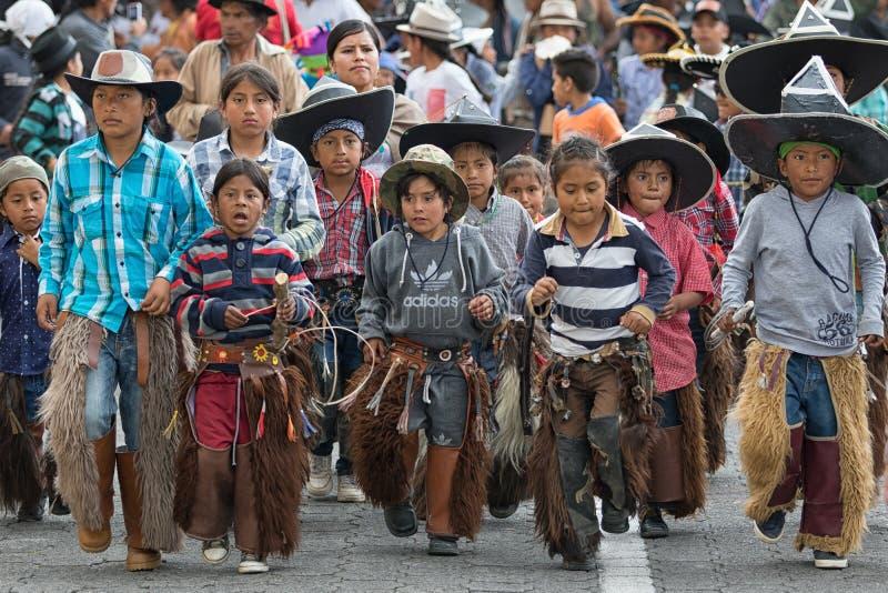Infödda quechua barn på Inti Raymi i Ecuador royaltyfria bilder