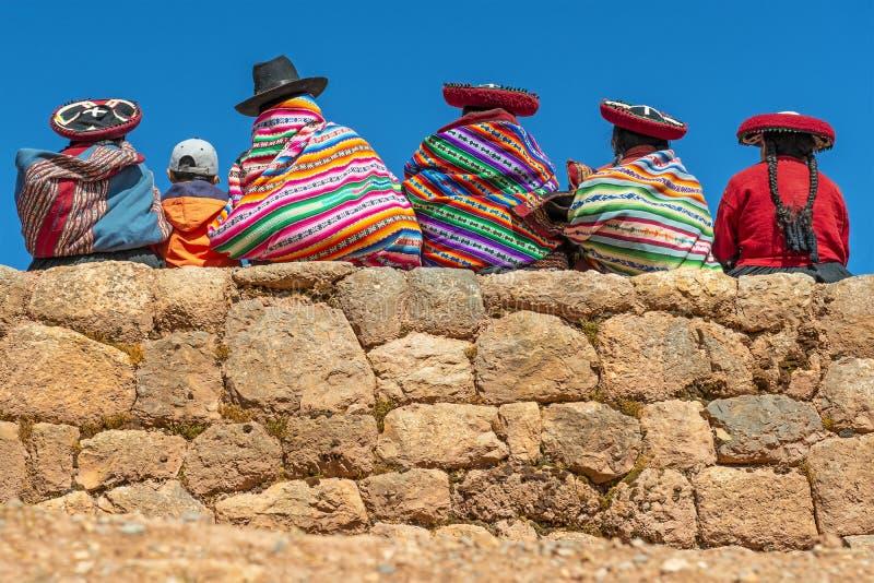 Infödda Quechua kvinnor i Chinchero, Peru royaltyfri bild