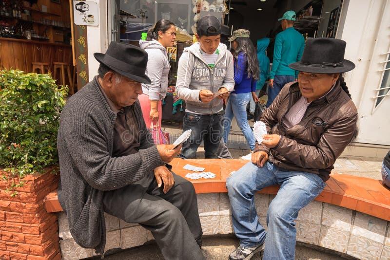 Infödda quechua män som spelar kort arkivfoton