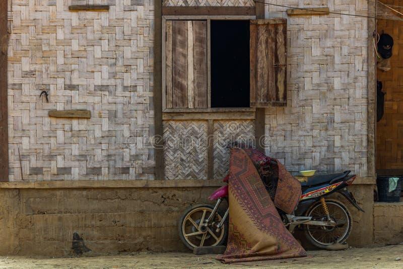Infött bambuhus i Laos royaltyfri fotografi