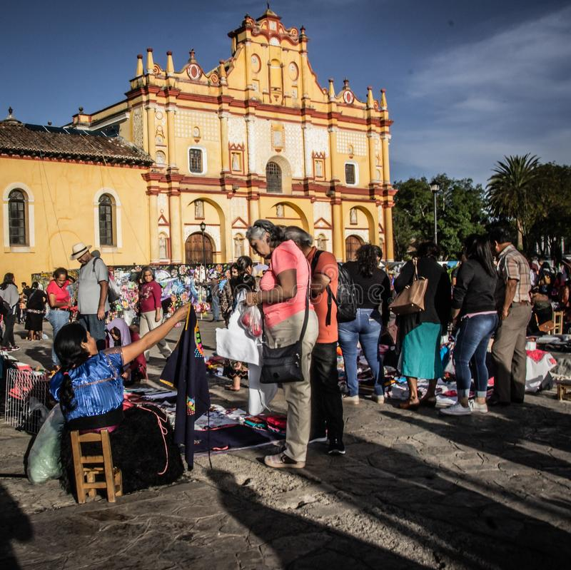 Infött sälja för kvinna handcrafts i Chiapas Mexico arkivbild
