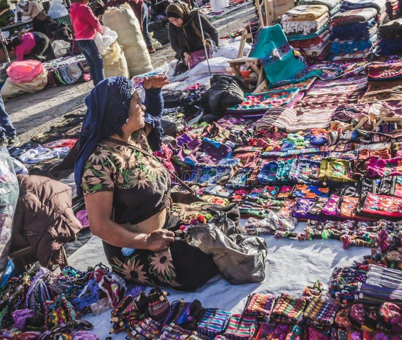 Infött sälja för kvinna handcrafts i Chiapas Mexico royaltyfri foto