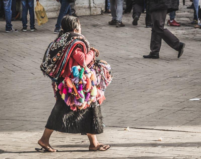 Infött sälja för kvinna handcrafts i gatan av Chiapas royaltyfri fotografi