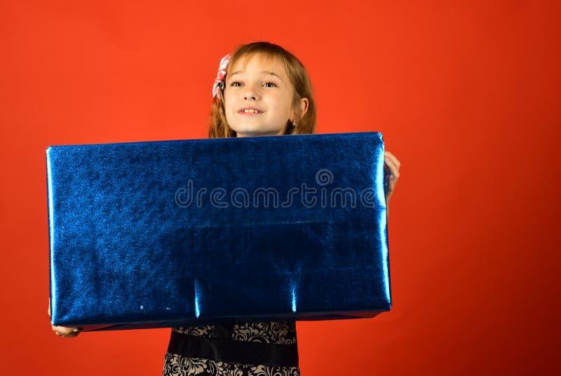 Inf?ncia e felicidade, caixa de presente Menina da crian?a com bloco atual, cyber segunda-feira Menina pequena com o pacote da co foto de stock royalty free