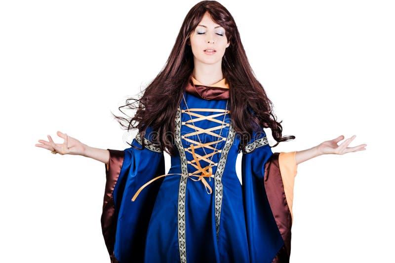 Infantasy medeltida klänning för härlig kvinnahäxa och långt hår royaltyfria bilder