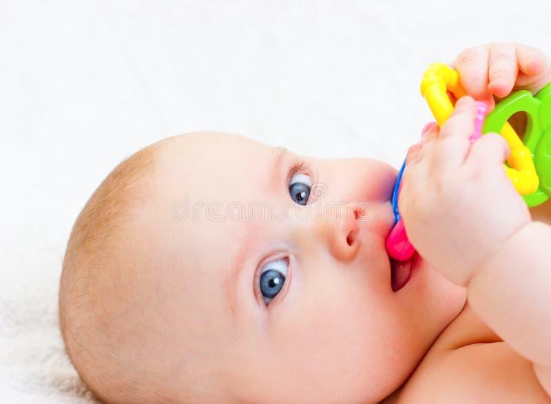Infante con il giocattolo di dentizione fotografie stock libere da diritti