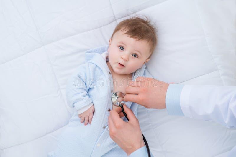 Infante de exame do pediatra profissional imagem de stock royalty free