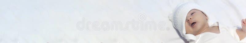 Infante del ragazzo di neonato su fondo bianco Famiglia, maternità, tenerezza, paternità, concetto di responsabilità bandiera fotografie stock