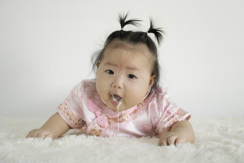 Infante do bebê quatro meses que vomitam o leite imagem de stock royalty free