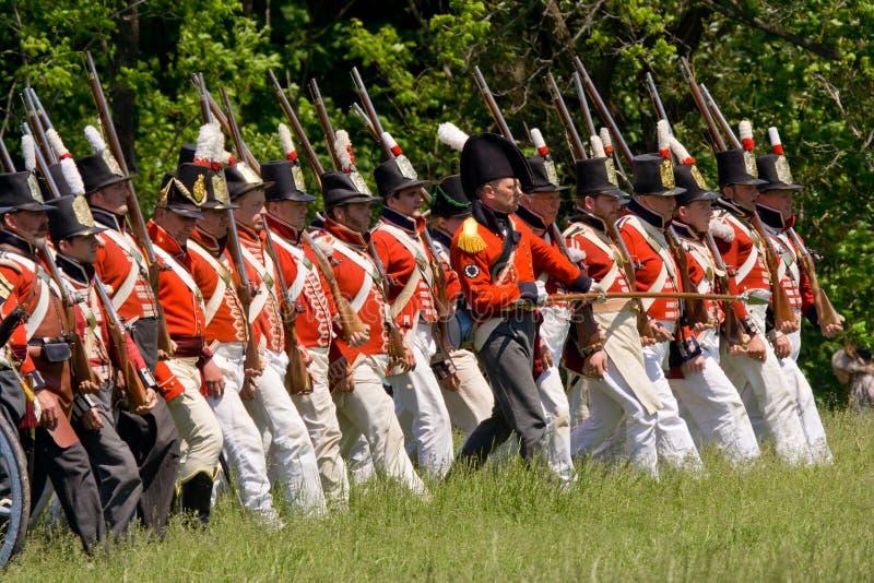 Infantería británica/canadiense que marcha en dur de la batalla fotografía de archivo