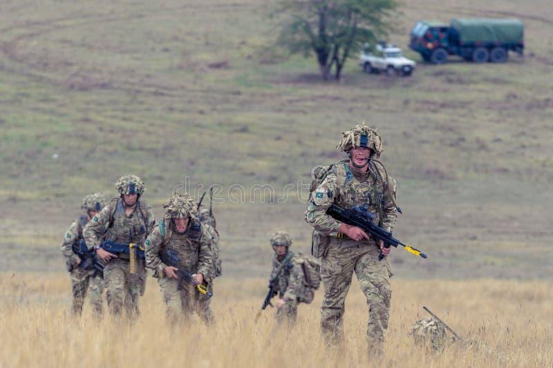Infantería británica en polígono militar rumano foto de archivo