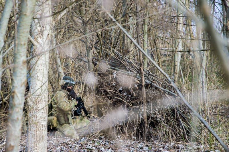 Infanteri tjäna som soldat med vapnet arkivfoto