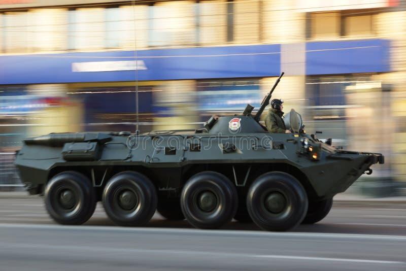 Infanteristridighetmedlet BTR80 under krig ståtar arkivbilder