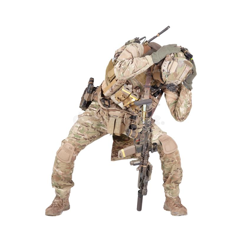 Infantryman chuje od wybuchu pracownianego krótkopędu odizolowywającego na bielu zdjęcia royalty free
