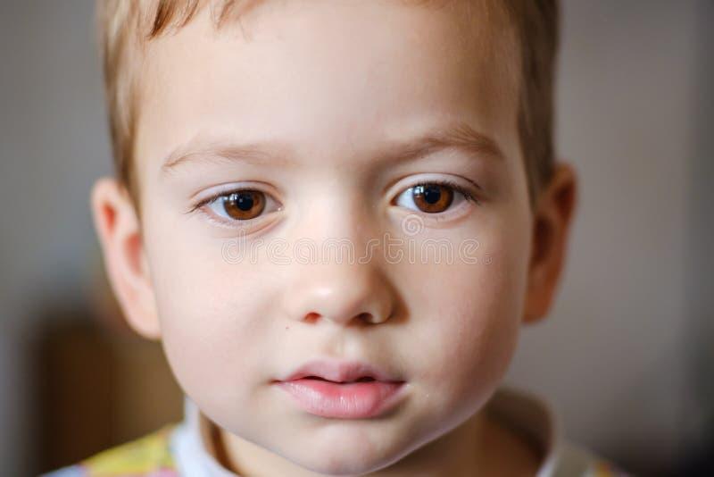 Infanzia del bambino del fronte del bambino del ragazzo felice immagini stock libere da diritti