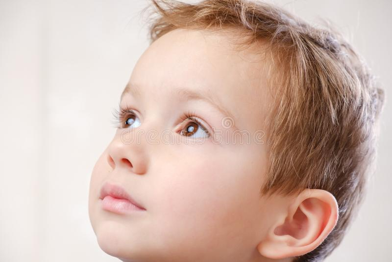 Infanzia del bambino del fronte del bambino del ragazzo Sorriso adorabile fotografia stock libera da diritti