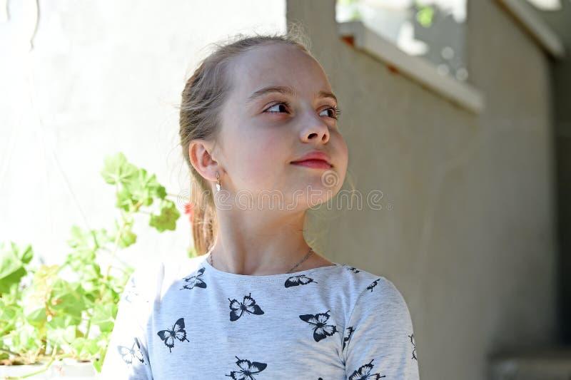 Infanzia e freschezza Bambina con giovane pelle il giorno di estate o della primavera Bambino con il fronte sveglio all'aperto Ba immagine stock